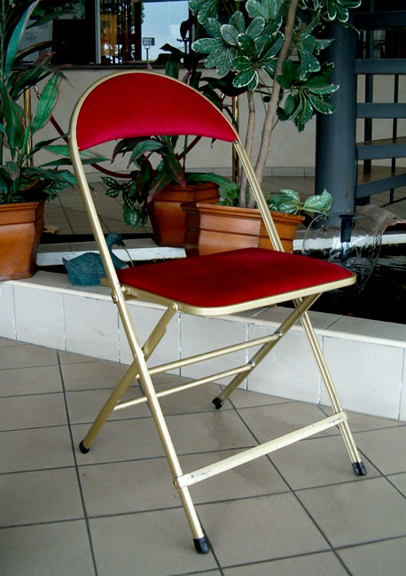 02_Chaise_or_velours_rouge_pliante